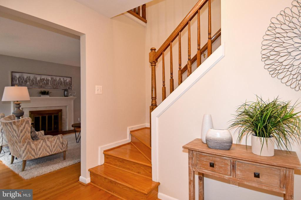 Front foyer with living room and stairs. - 535 N LONGFELLOW ST, ARLINGTON
