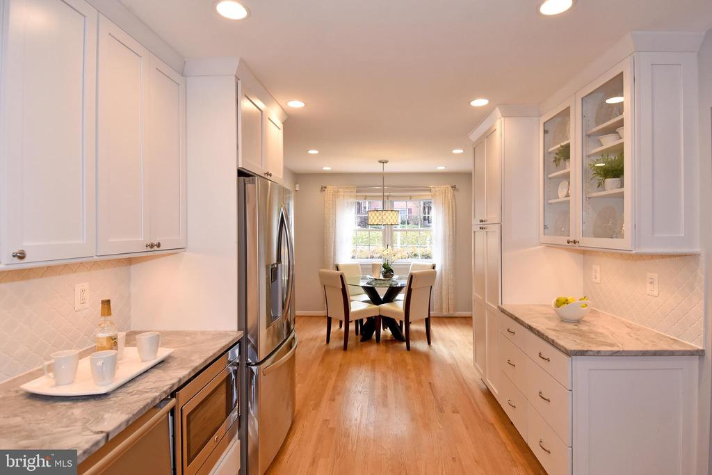View to informal dining area for eat in kitchen. - 535 N LONGFELLOW ST, ARLINGTON