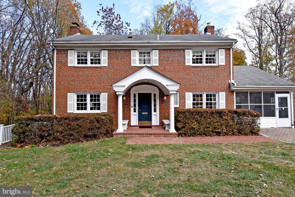 Large colonial backs to a wooded park. - 535 N LONGFELLOW ST, ARLINGTON