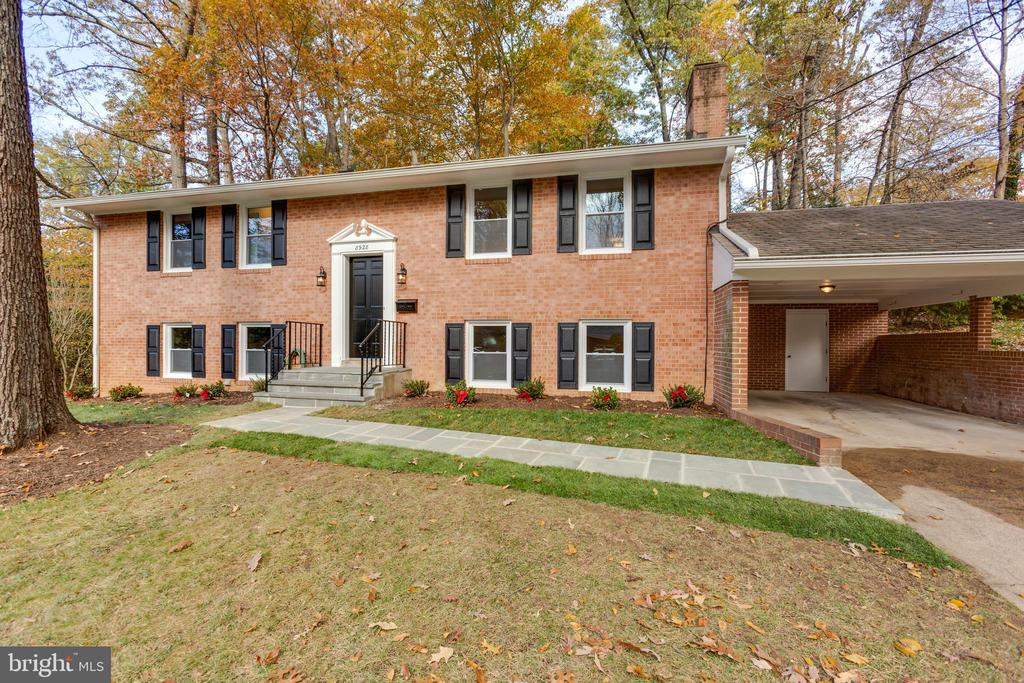 This split foyer sits on a beautiful lot. - 8928 MAURICE LN, ANNANDALE