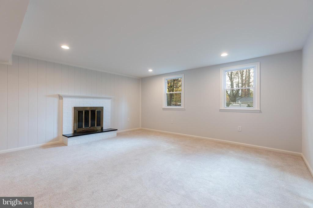 Basement family room with wood-burning fireplace - 8928 MAURICE LN, ANNANDALE