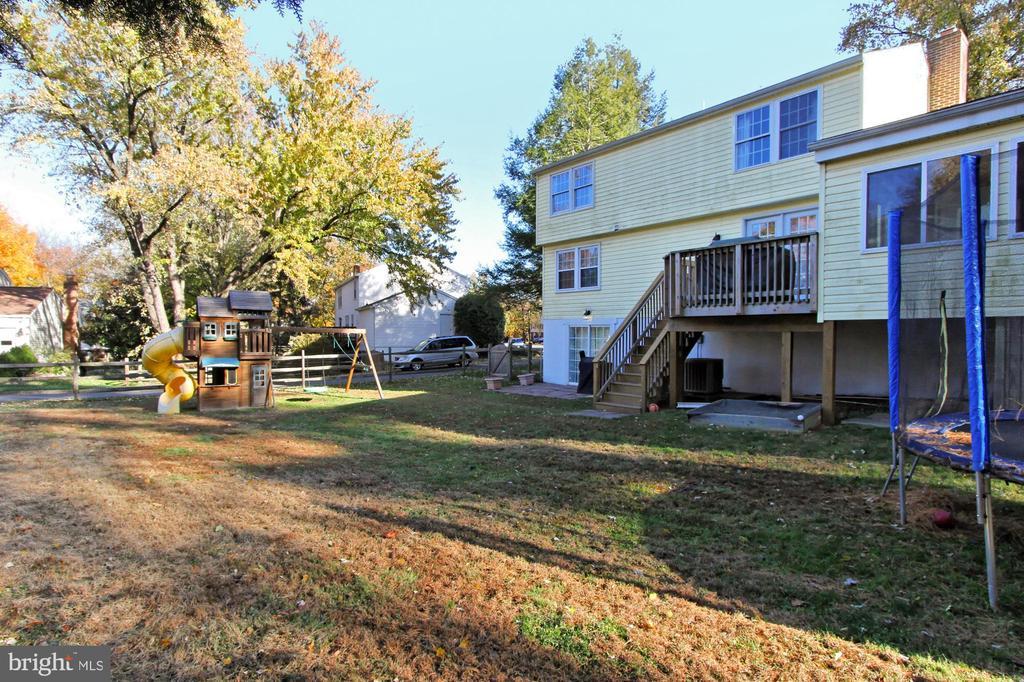 Fenced back yard with Deck - 9924 MANET RD, BURKE