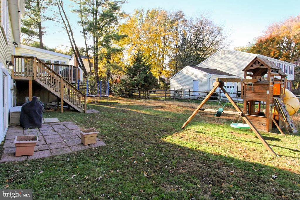 So spacious backyard next to private drive - 9924 MANET RD, BURKE