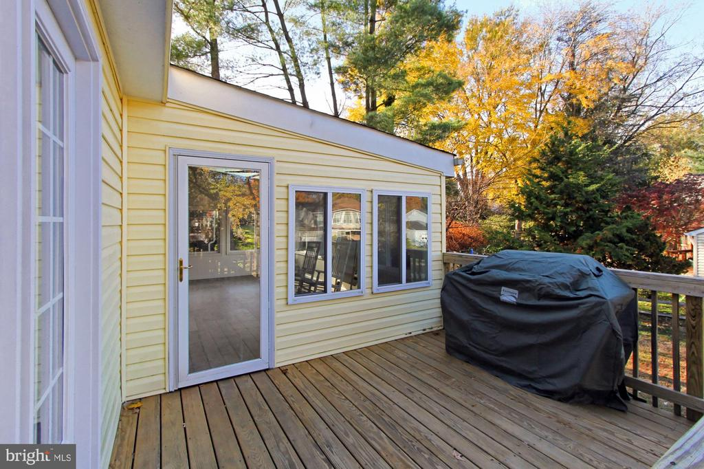 Newer deck treated recently - 9924 MANET RD, BURKE