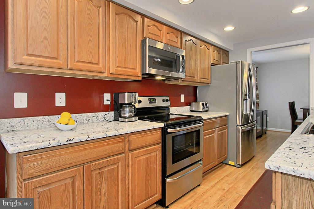 Plenty of cabinets in this kitchen! - 9924 MANET RD, BURKE