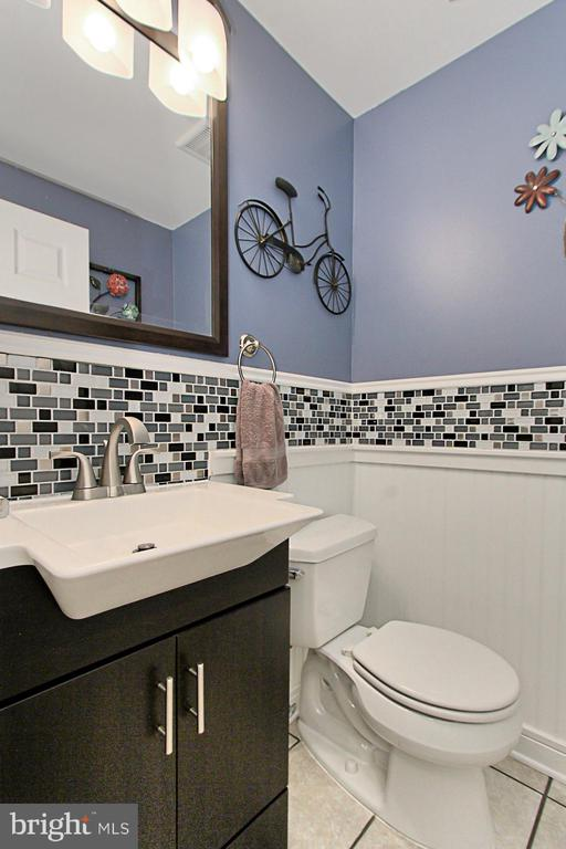 Main Level Powder Room, nicely updated - 9924 MANET RD, BURKE