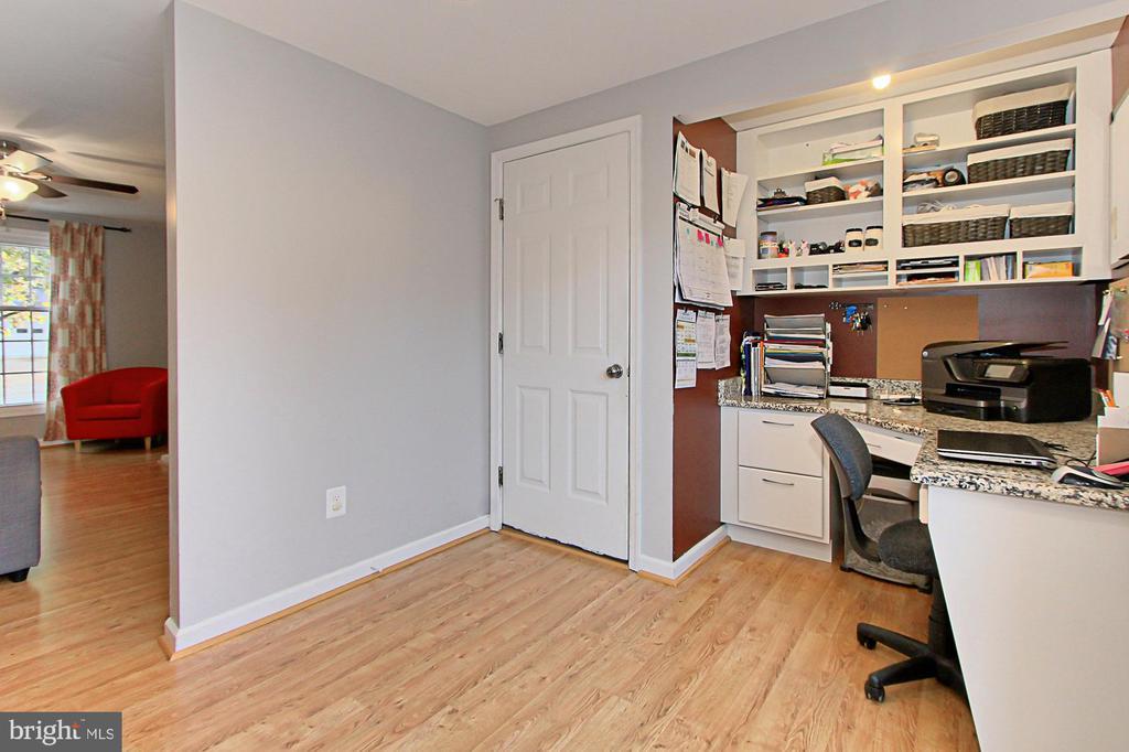 Custom Home Desk Nook next to kitchen. - 9924 MANET RD, BURKE