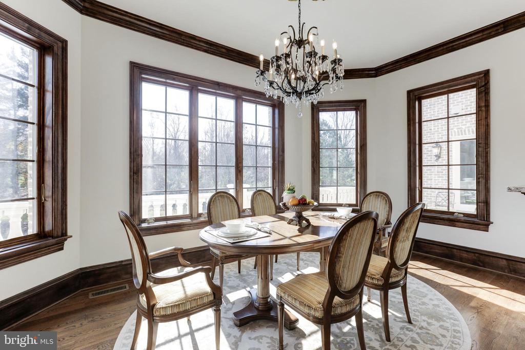 Breakfast room overlooking luxurious backyard. - 11643 BLUE RIDGE LN, GREAT FALLS