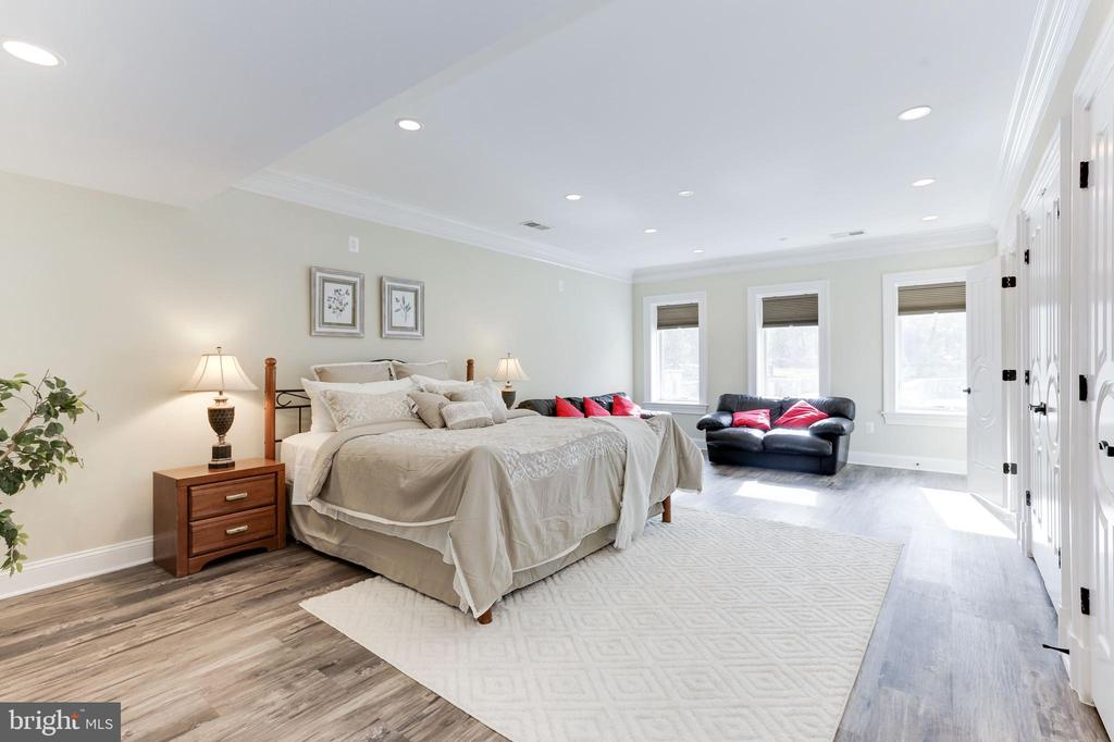 Bright and oversized lower level bedroom. - 11643 BLUE RIDGE LN, GREAT FALLS