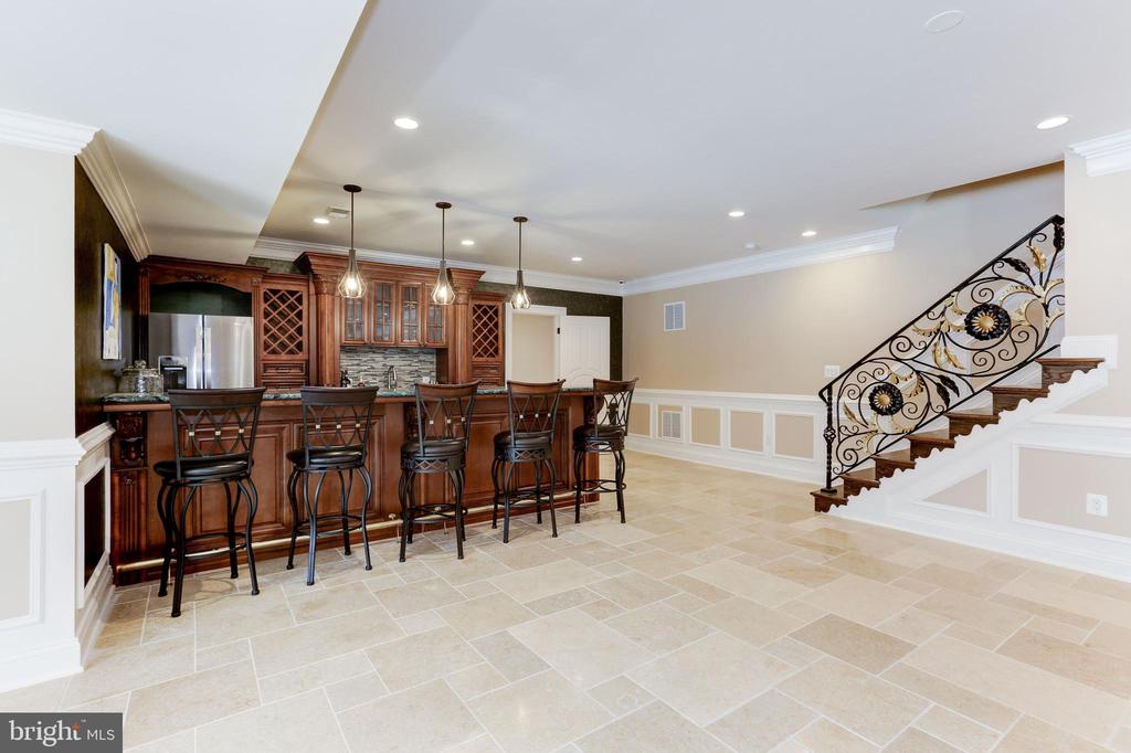Fully appointed lower level bar for entertaining. - 11643 BLUE RIDGE LN, GREAT FALLS