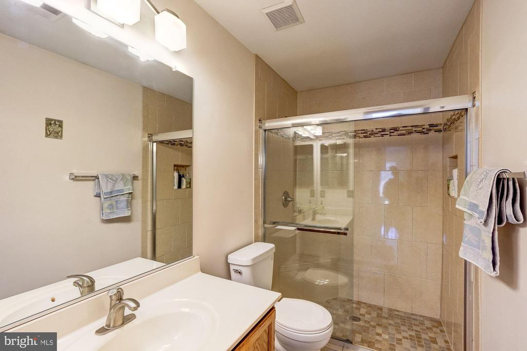 Upper Level Full bath - 46489 DANFORTH PL, STERLING