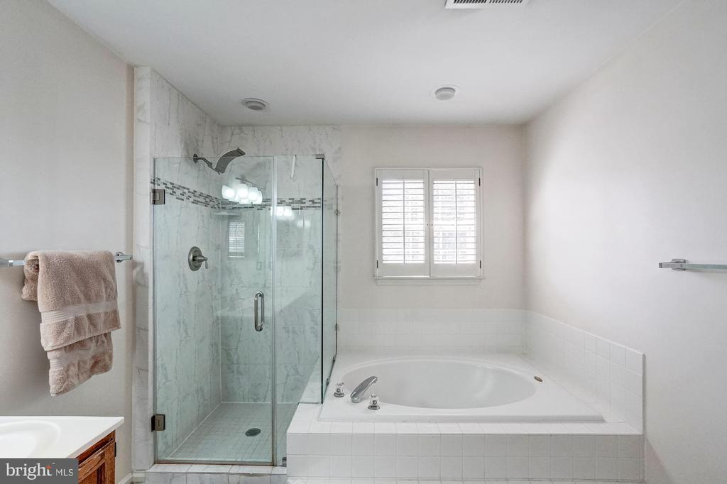 Master Bathroom with soaking tub - 46489 DANFORTH PL, STERLING