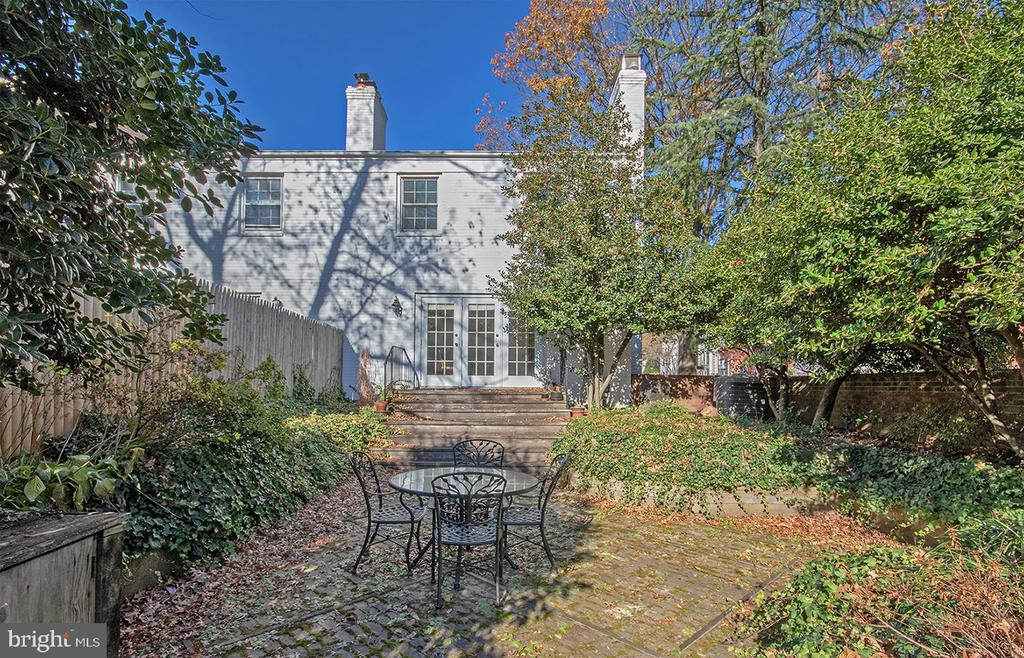 Georgetown Style Court Yard - 6801 MARKET SQUARE DR, MCLEAN