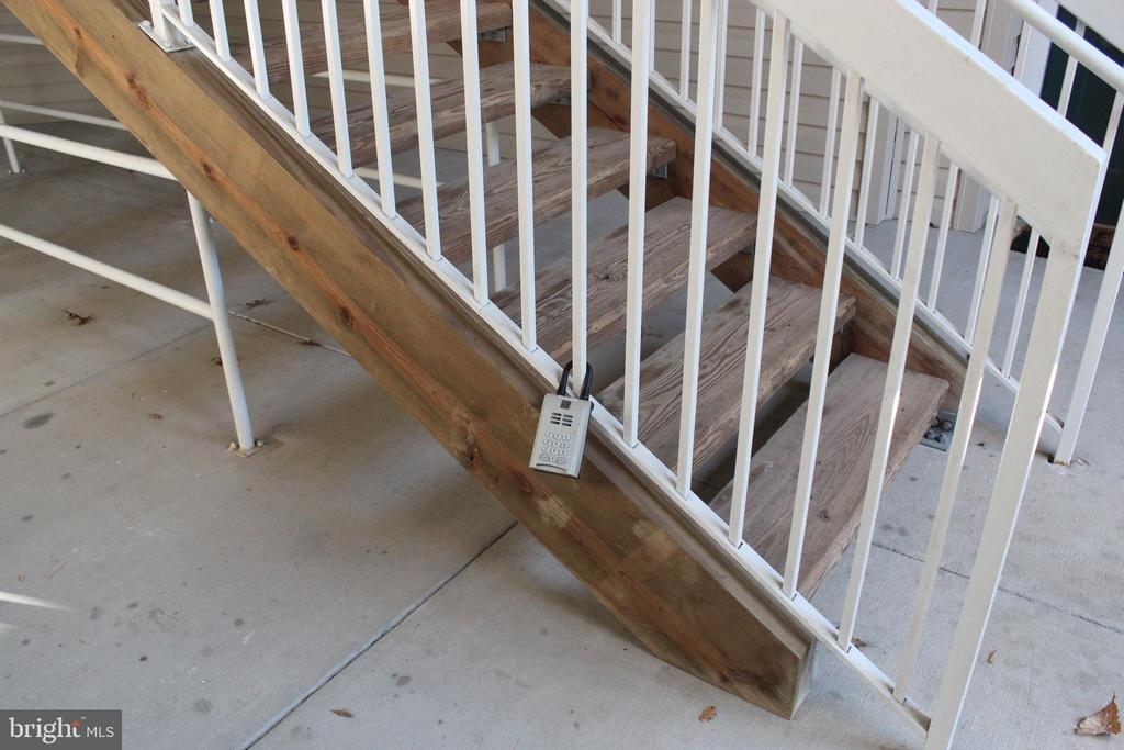 lockbox on stair rails - 42496 MAYFLOWER TER #101, BRAMBLETON