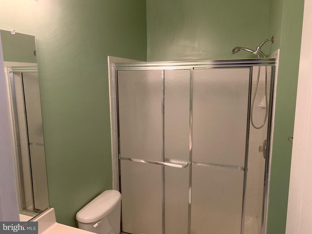 lower level full bath - 5640 HARTFIELD AVE, SUITLAND