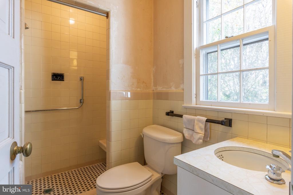 Main Level Full Bath - 3612 N GLEBE RD, ARLINGTON