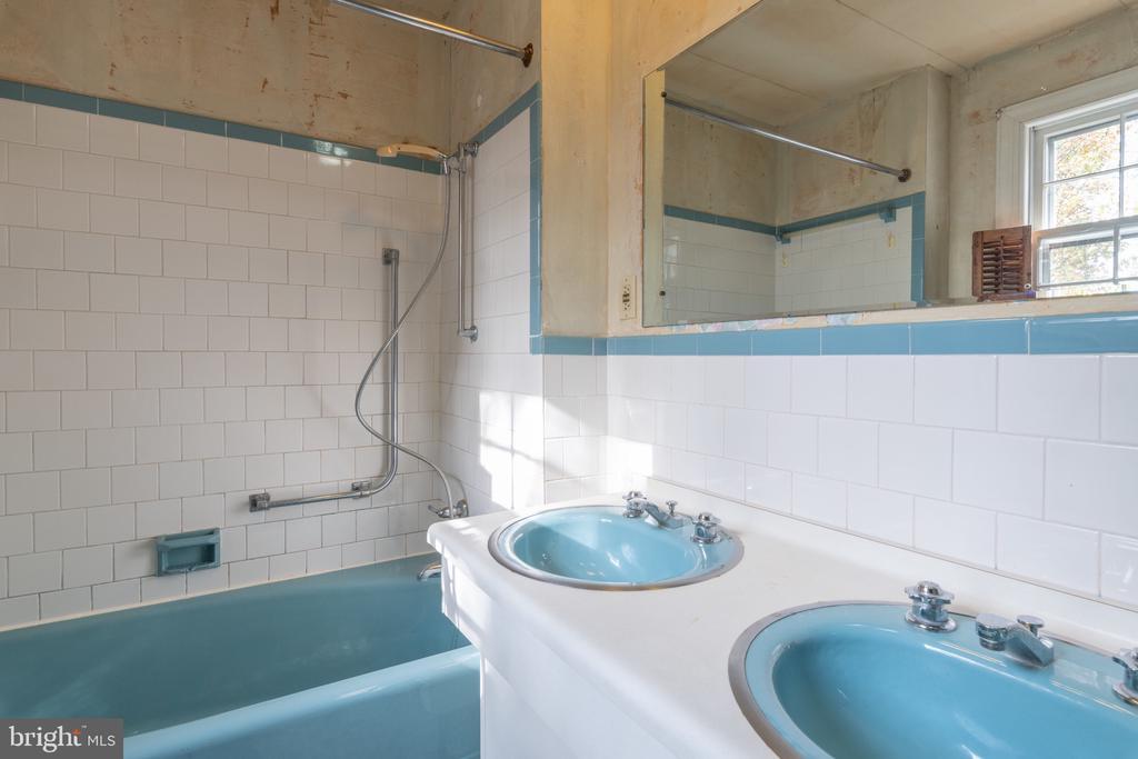 Hall Bath - 3612 N GLEBE RD, ARLINGTON