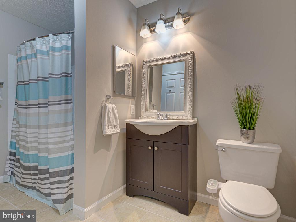 Full Bath w/access from hall & owners suite - 20951 TIMBER RIDGE TER #102, ASHBURN