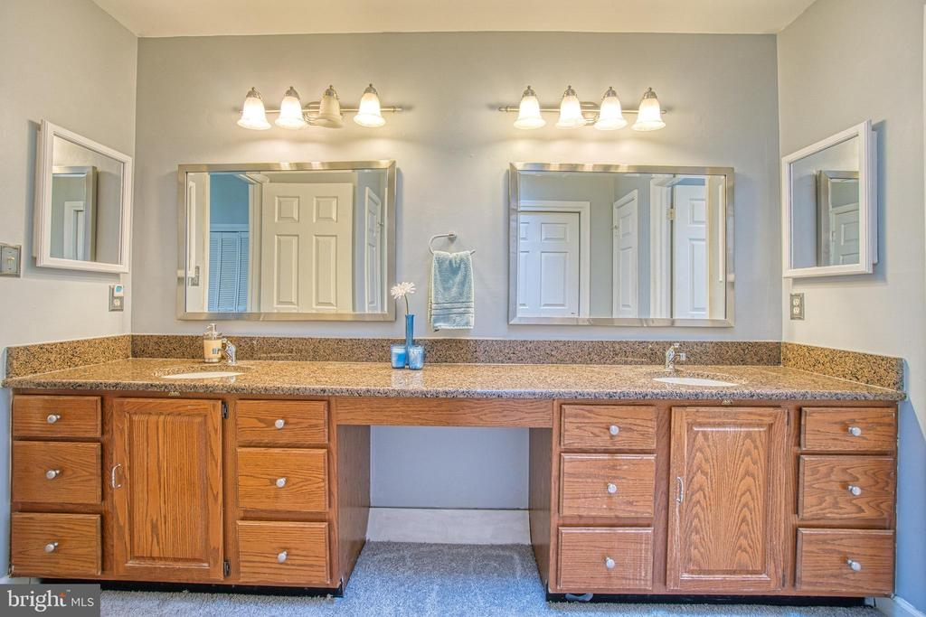Dual vanity with plenty of 'elbow room' - 3004 CONSTITUTION DR, STAFFORD