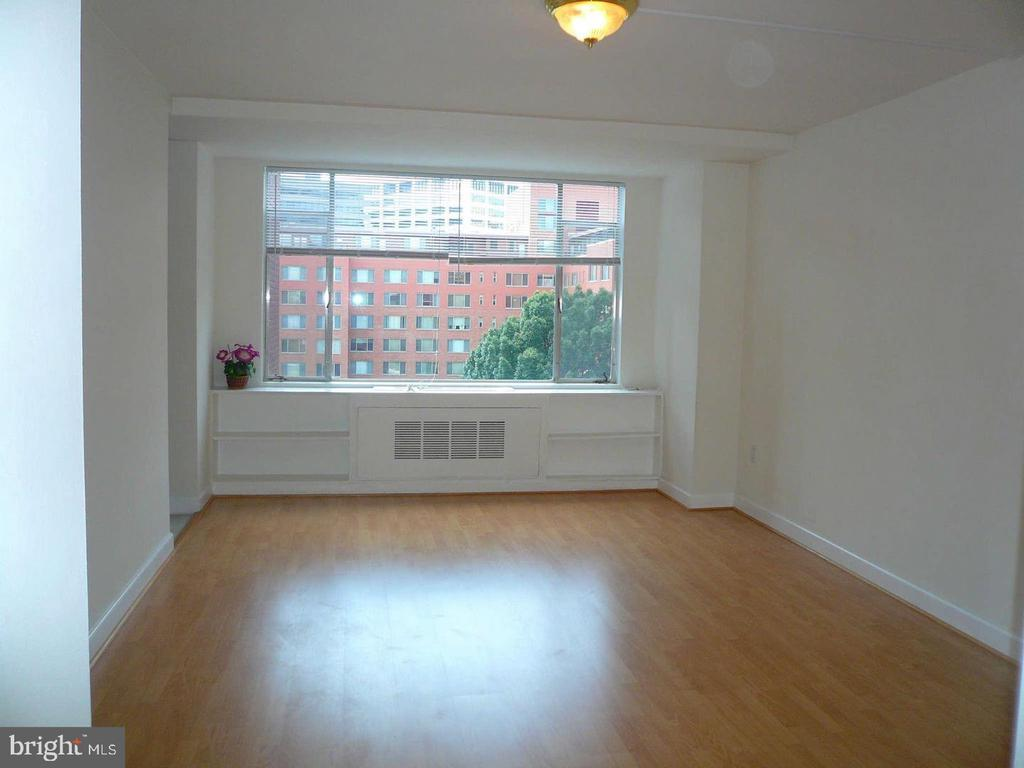 Living room with built in bookcases - 1021 ARLINGTON BLVD #1044, ARLINGTON