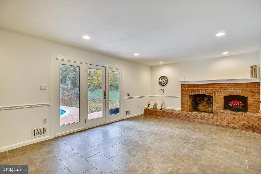 Family Room w/ French doors to Poolside patio - 6008 NASSAU DR, SPRINGFIELD