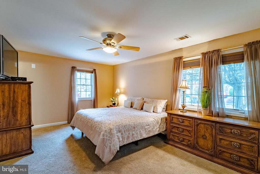 Master Suite on Main Level - 132 E MEADOWLAND LN, STERLING