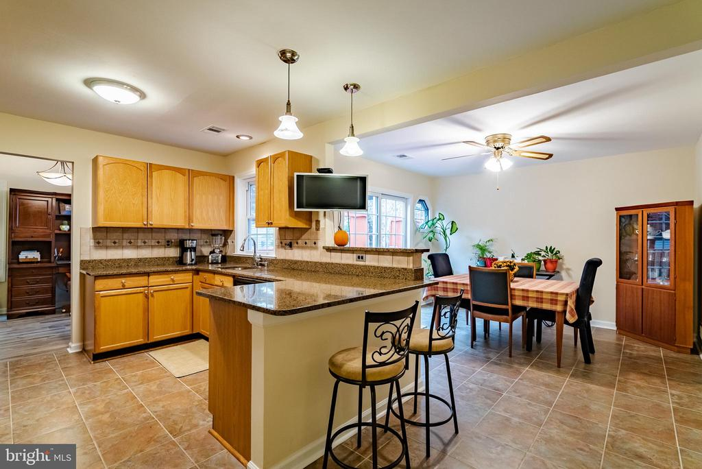 Chef's Kitchen with Granite Counters - 132 E MEADOWLAND LN, STERLING