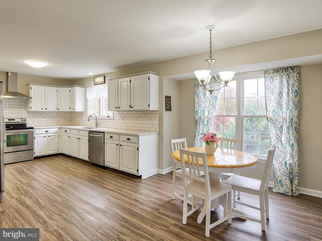 A bright and sunny kitchen - 17578 COACHMAN DR, HAMILTON