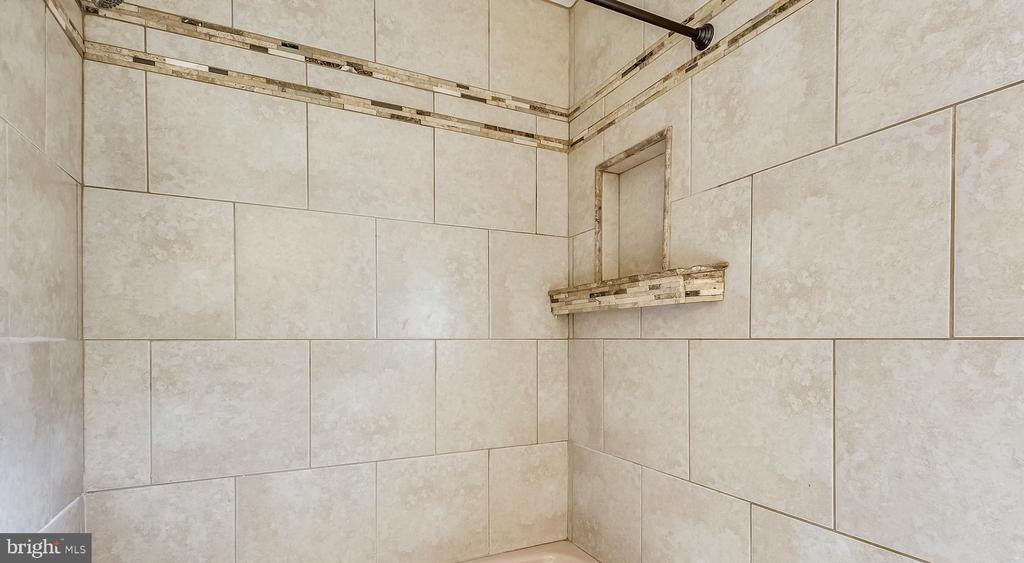 Upstairs Hall Shower - 6008 NASSAU DR, SPRINGFIELD