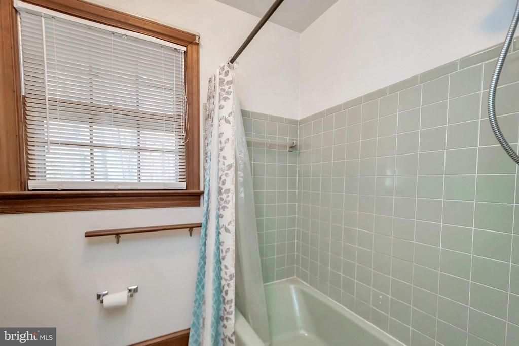 tile surround & window bath - 11516 ORANGE PLANK RD, SPOTSYLVANIA