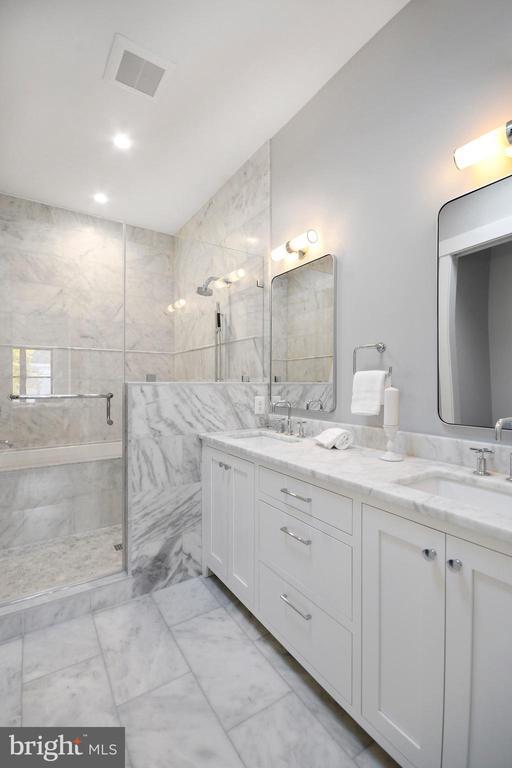 Owners' bah iw/ double vanity & soaking tub - 1432 G ST SE, WASHINGTON