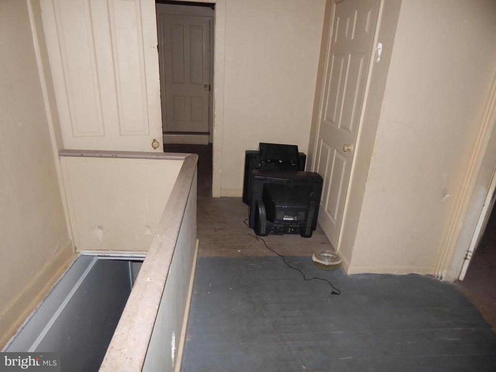 Upper Hall way - 409 JOHN, MARTINSBURG