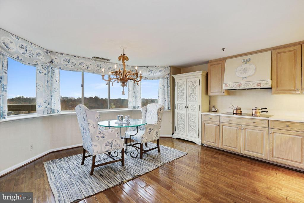 Oversized kitchen and breakfast room - 5600 WISCONSIN AVE #1208, CHEVY CHASE