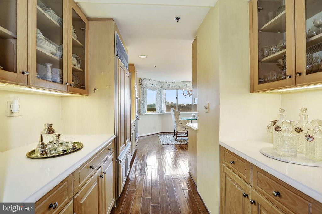 Butler's pantry and additional serving space - 5600 WISCONSIN AVE #1208, CHEVY CHASE
