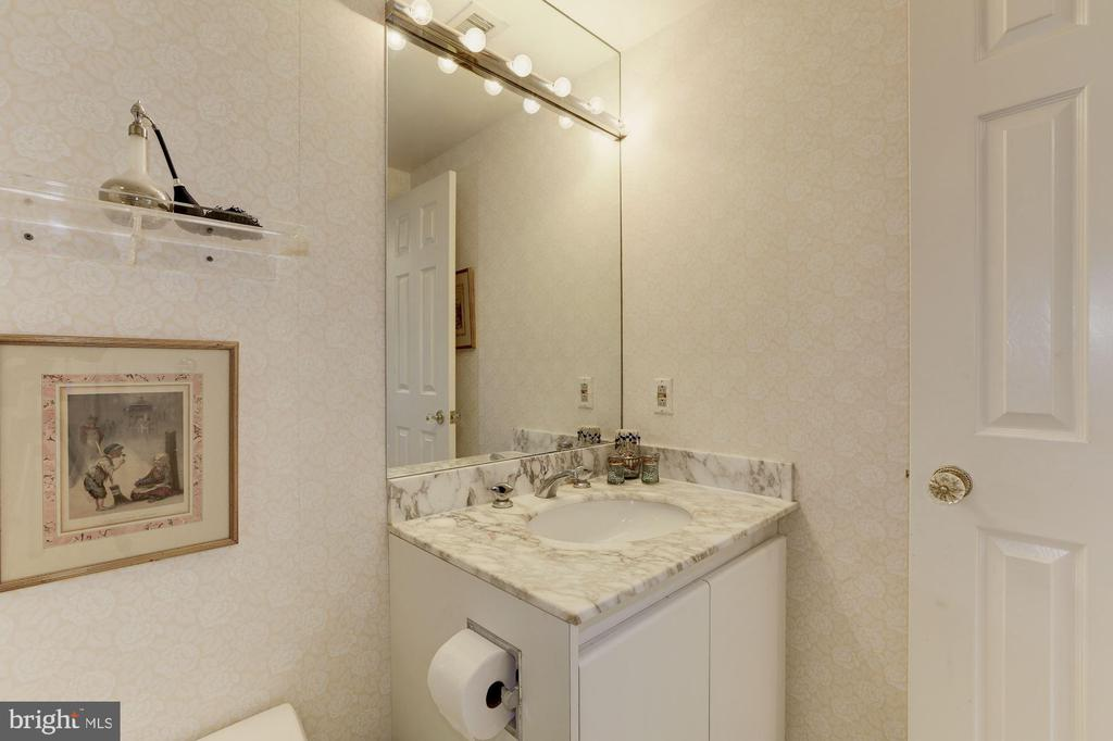 En-suite bath for second bedroom - 5600 WISCONSIN AVE #1208, CHEVY CHASE