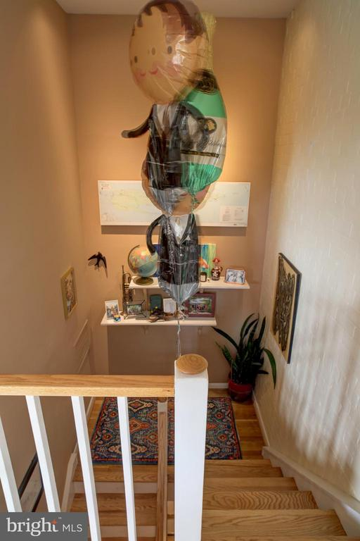 Stairway from upper floor to main floor - 154 G ST SW #149, WASHINGTON