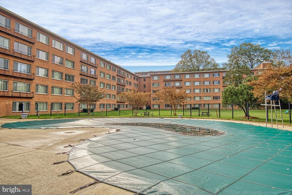 outdoor pool perfect in summer - 10570 MAIN ST #520, FAIRFAX
