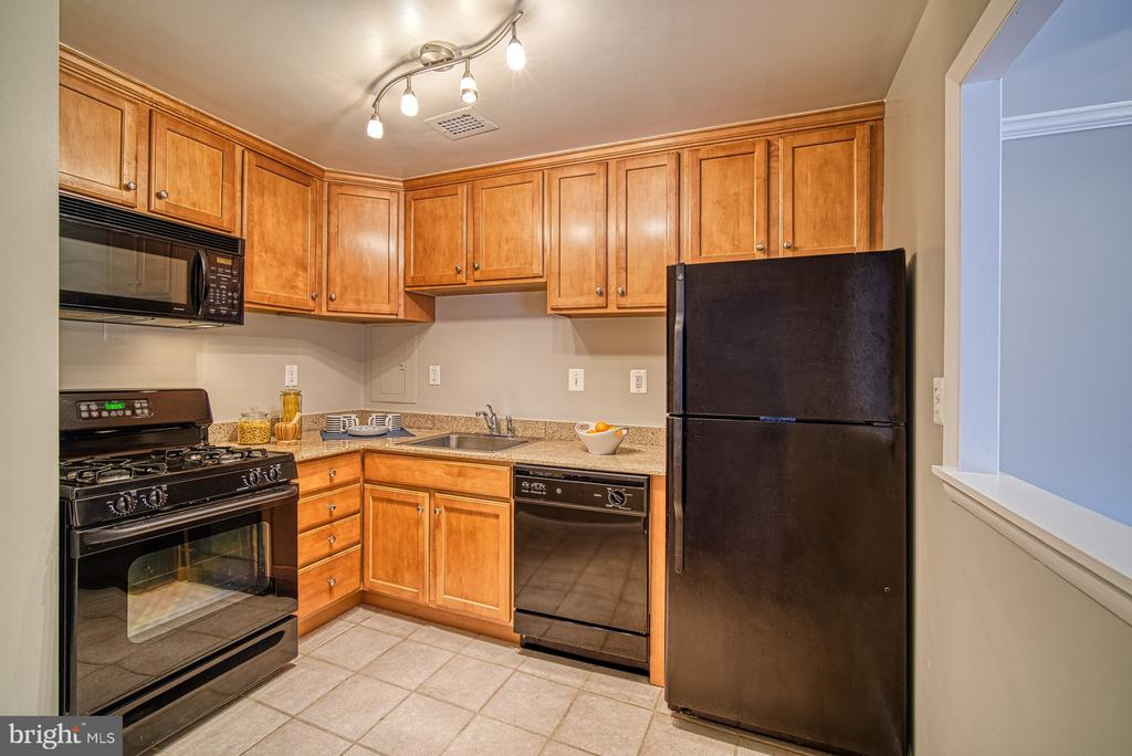 Updated kitchen with gas cooking - 10570 MAIN ST #520, FAIRFAX