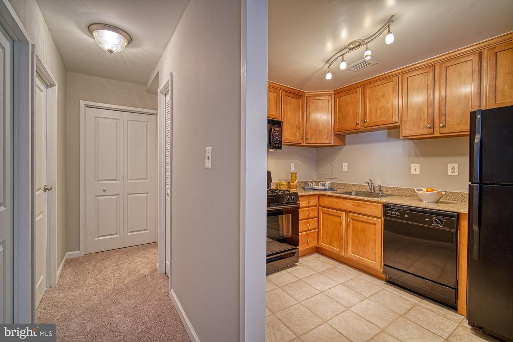 Bright kitchen updated with granite - 10570 MAIN ST #520, FAIRFAX