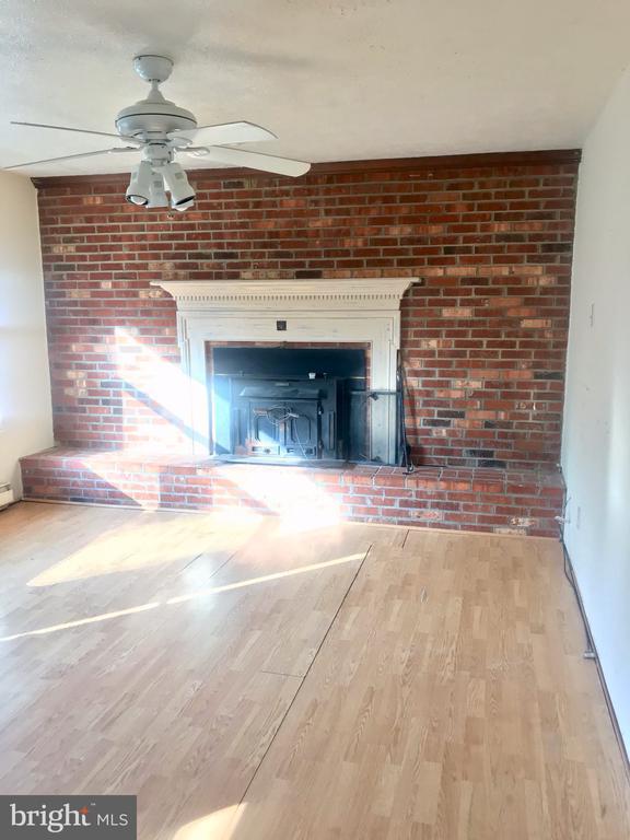 LR w/ brick accent wall & beautiful fireplace - 10601 ROBIN LN, SPOTSYLVANIA