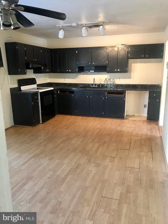 Bright kitchen with so much potential! - 10601 ROBIN LN, SPOTSYLVANIA