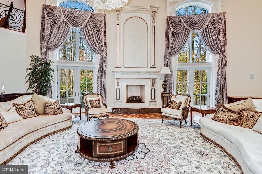 Great Room - French doors to Deck - 904 CHINQUAPIN RD, MCLEAN