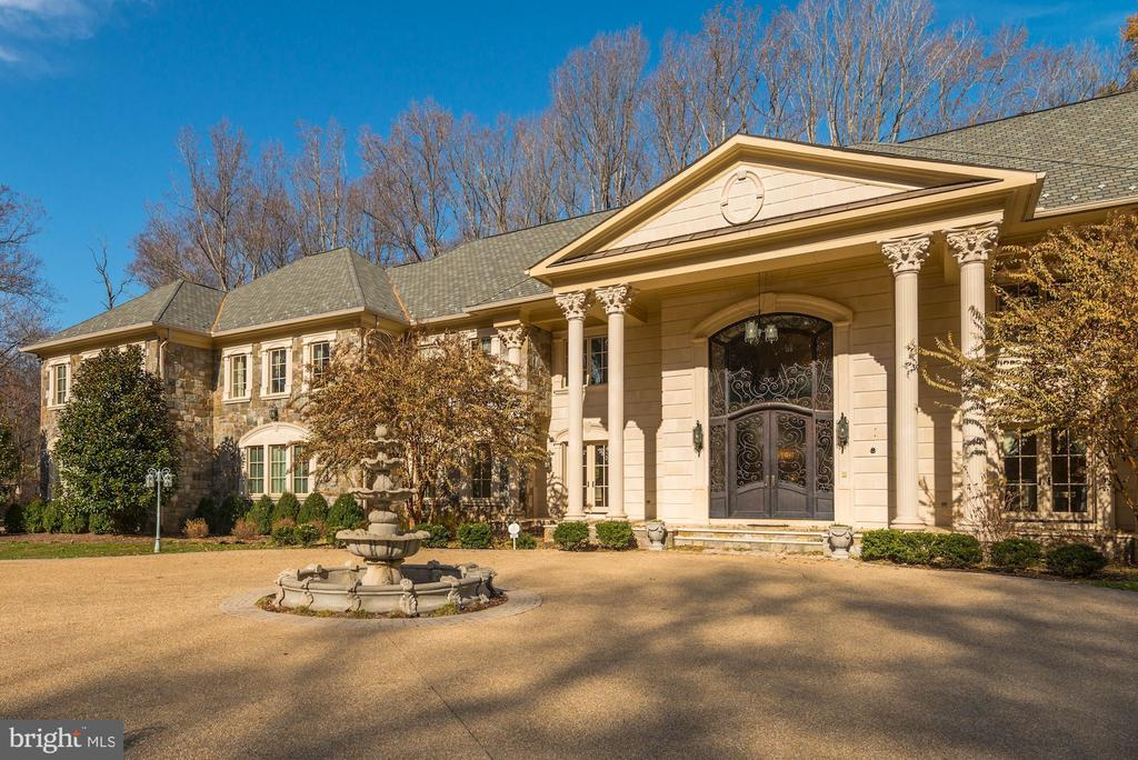Driveway Circles in Front - 904 CHINQUAPIN RD, MCLEAN