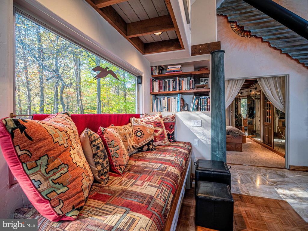 Cozy window seat/reading area - 4610 FRIENDSHIP ACRES RD, NANJEMOY