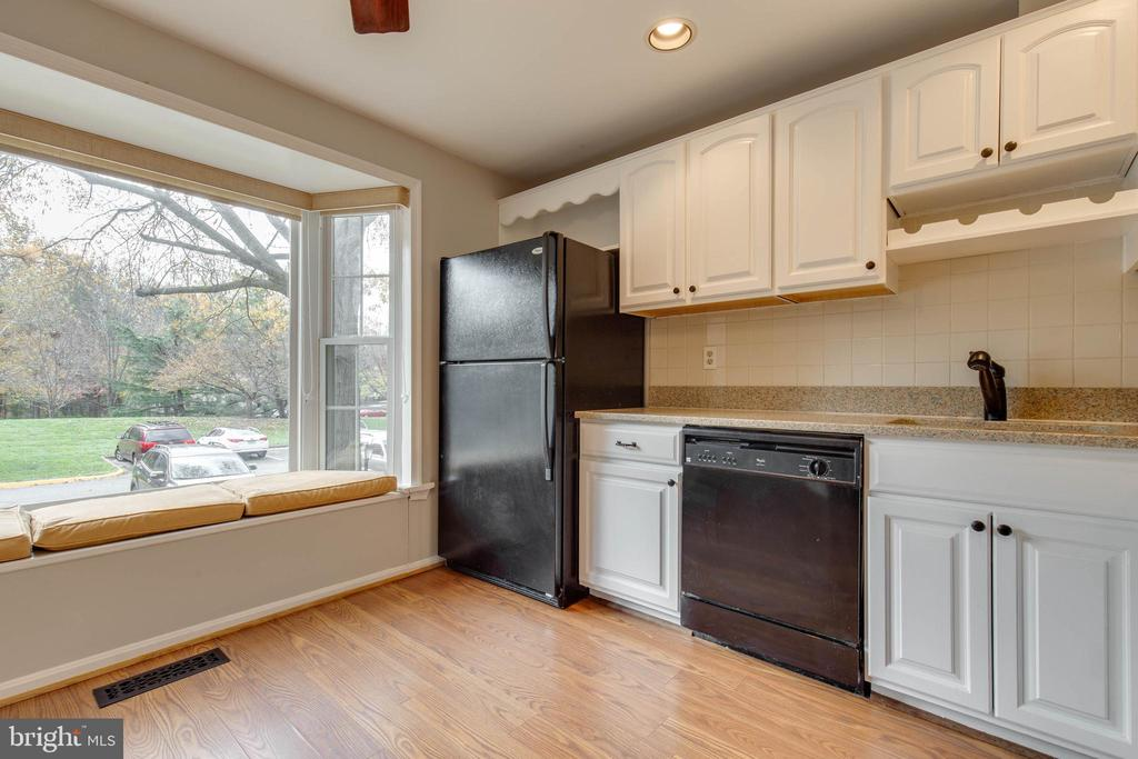 Plenty of natural light through bay window - 7421 FOXLEIGH WAY, ALEXANDRIA