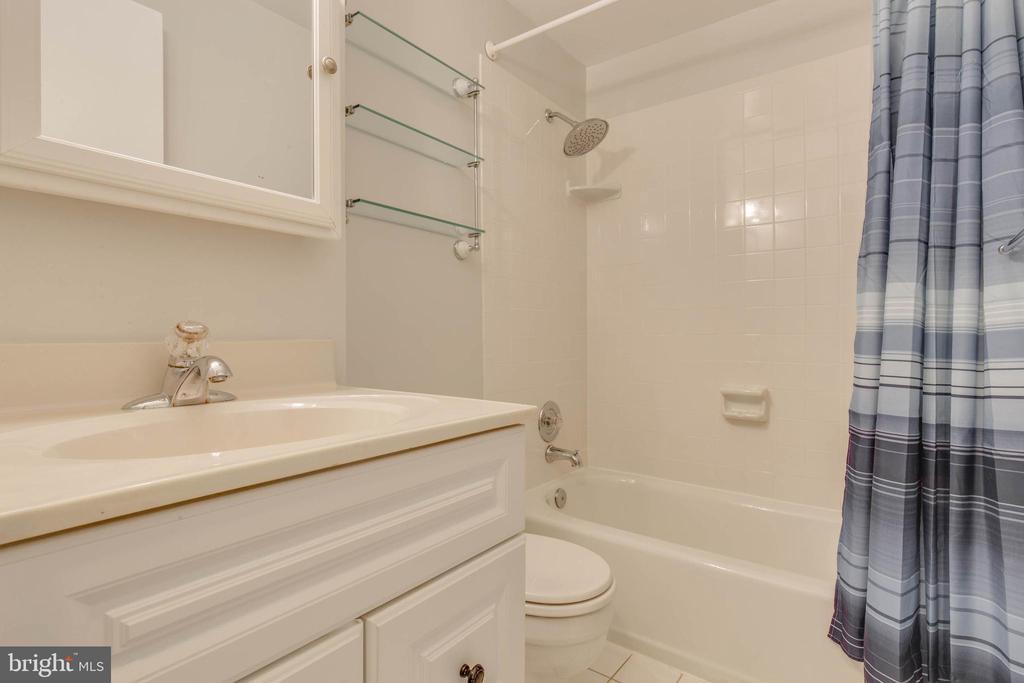 Upper level second bath - 7421 FOXLEIGH WAY, ALEXANDRIA