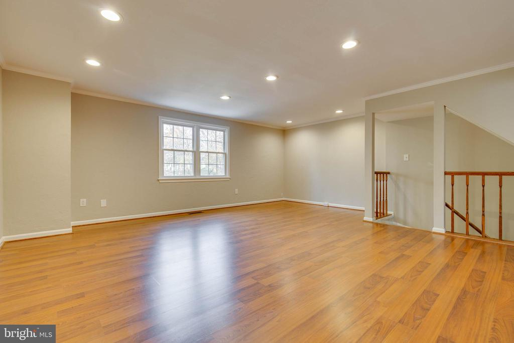 Hardwoods throughout spacious living  space - 7421 FOXLEIGH WAY, ALEXANDRIA