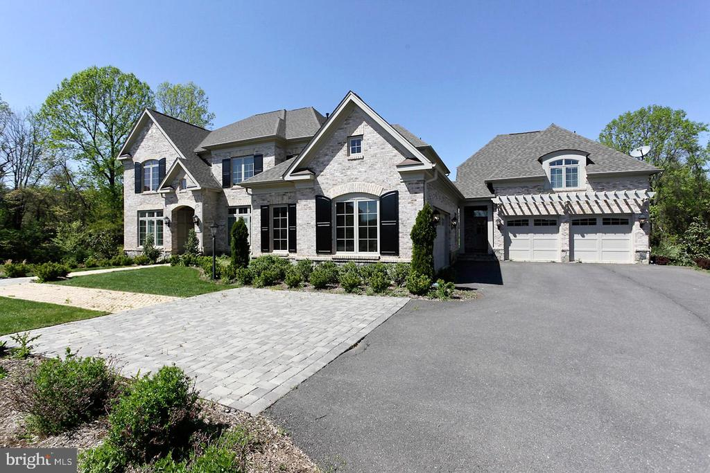 LONG DRIVEWAY + 4 CAR GARAGE - 1351 VERRIER CT, VIENNA
