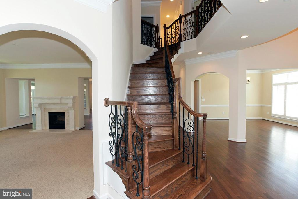 DUAL ENTRY STAIRCASE - 1351 VERRIER CT, VIENNA