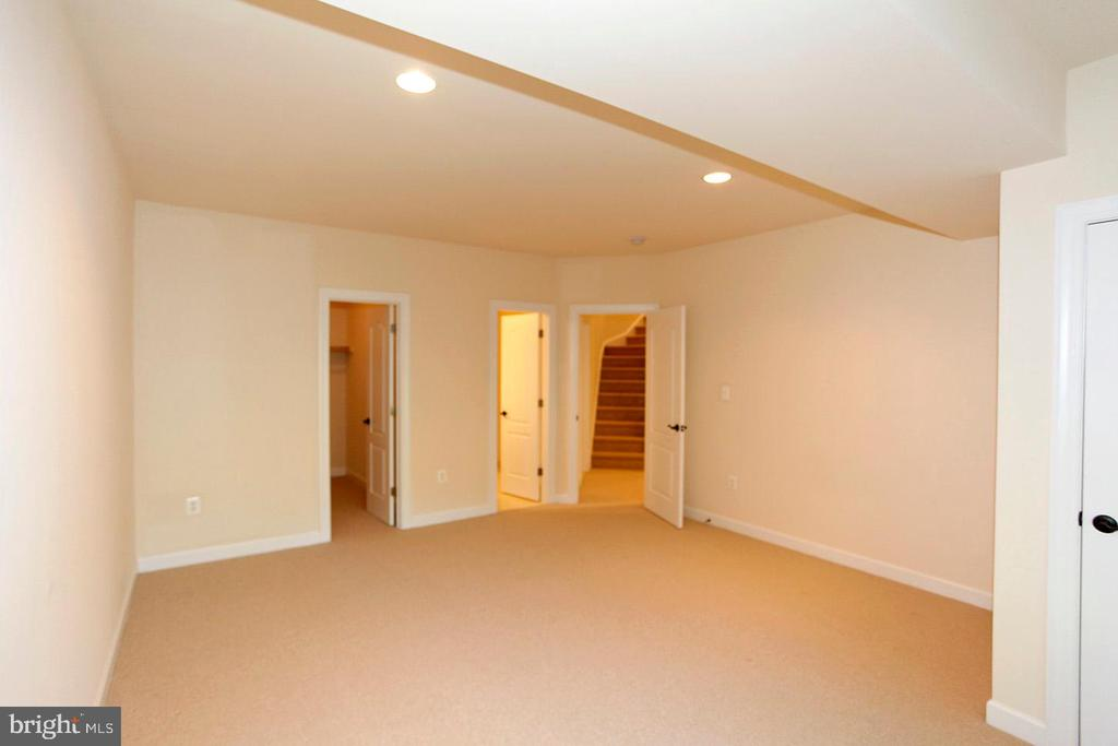 LOWER LEVEL BEDROOM W/FULL BATH - 1351 VERRIER CT, VIENNA